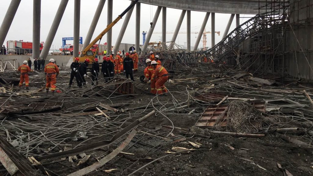 Chinese firefighters rescue survivors after a platform of a cooling tower under construction collapsed at a power plant in Fengcheng city, east China's Jiangxi province, 24 November 2016.  At least 40 people have been confirmed dead after a platform of a power plant's cooling tower under construction collapsed in east China's Jiangxi Province Thursday (24 November 2016). Rescuers earlier said that the death toll passed 40, but later corrected it to 40. It is likely to rise as an unknown number of people are still trapped. The accident occurred at about 7 a.m. Five injured workers are receiving medical treatment in a local hospital. Rescue work is underway.