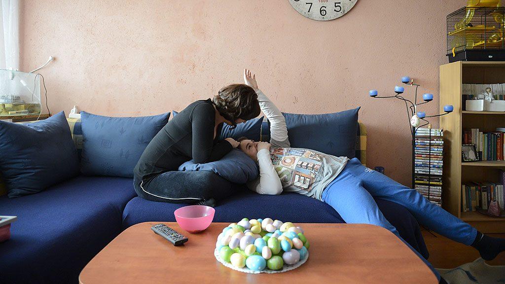 Baja, 2016. április 1. Benkő Mónika (b) 12 éves autista fiával, Balázzsal bajai otthonukban 2016. március 8-án. Az édesanya magyar és angol szakos tanárként teljes állásban dolgozik a bajai III. Béla Gimnáziumban. Attól a perctől kezdve, hogy látta, Balázs más, mint a többiek, egyértelművé vált számára, hogy saját élete arról kell szóljon, hogy gyermekét segítse minden lehetséges módon.MTI Fotó: Komka Péter
