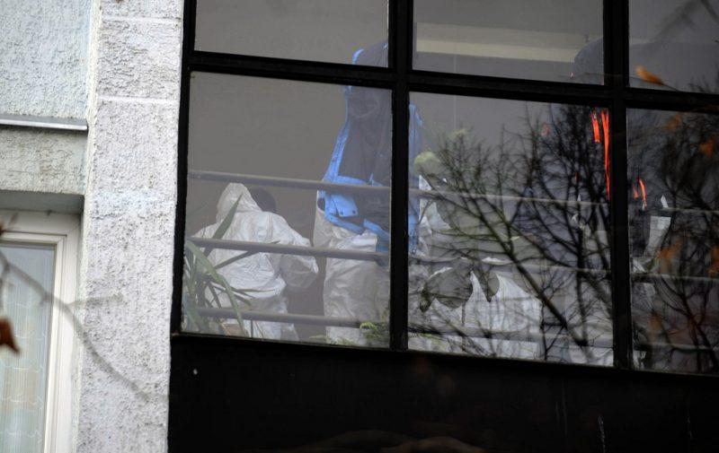 Budapest, 2016. november 30. Rendõrök egy IX. kerületi házban, ahol holtan találtak egy 84 éves nõt 2016. november 30-án. A nõ annak a férfinak a felesége, akit reggel elsodort a 3-as metró az Ecseri úti megállóban. A rendõrség gyilkosság gyanúja miatt indított eljárást. MTI Fotó: Mihádák Zoltán