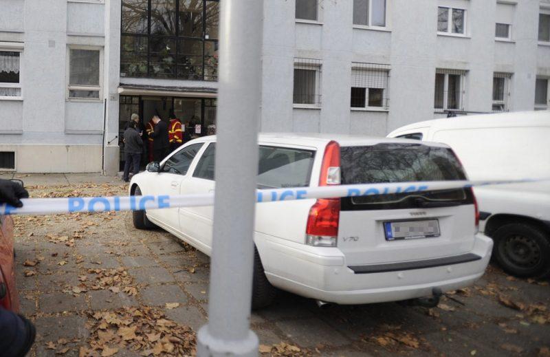 Budapest, 2016. november 30. Egy rendõr egy IX. kerületi ház elõtt, ahol holtan találtak egy 84 éves nõt 2016. november 30-án. A nõ annak a férfinak a felesége, akit reggel elsodort a 3-as metró az Ecseri úti megállóban. A rendõrség gyilkosság gyanúja miatt indított eljárást. MTI Fotó: Mihádák Zoltán