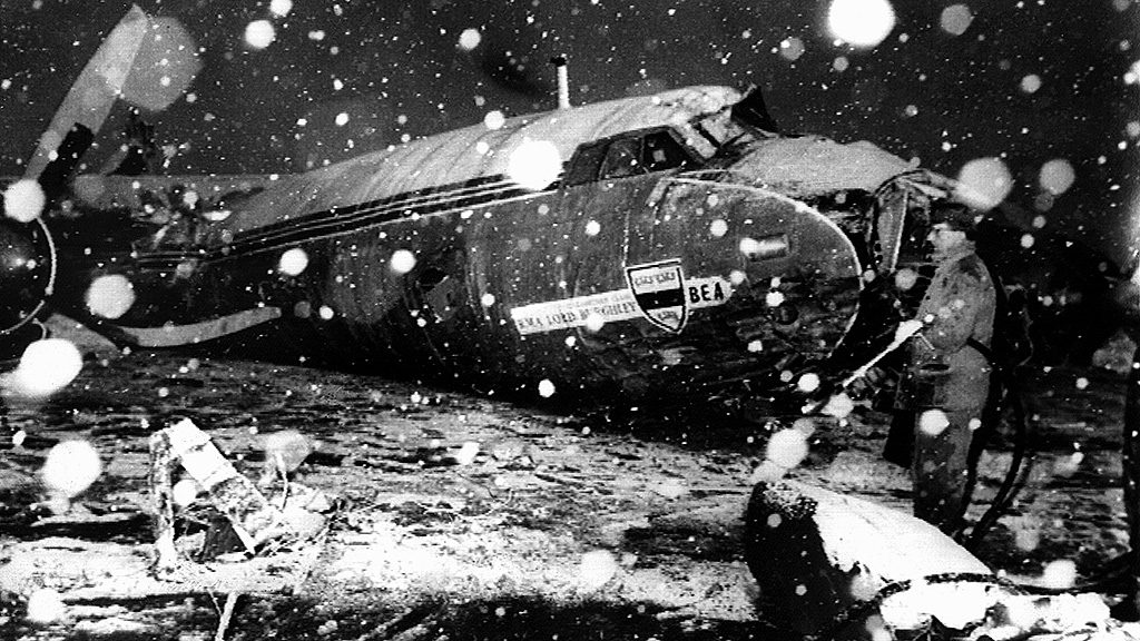(dpa files) - A view of the snow-covered front part of the crashed 'BEA-Elizabethan' charter plane in Munich, 7 February 1958. A day before, the British plane with 44 aboard had crashed short after lift off in heavy snowfall. The aircraft crashed onto a house, killing 21 people, among them eleven members of the British soccer club Manchester United, who were on their way home from a Europe Cup match from Belgrade.