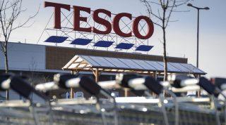 Hajdúböszörmény, 2015. február 5.Bevásárlókocsik a bezárt Tesco áruház parkolójában, Hajdúböszörményben 2015. február 5-én. Az áruházlánc január 13-án jelentette be, hogy február 4-től bezár 13 magyarországi üzletet. A bezárás után 566 dolgozó közül 350-et továbbfoglalkoztat a Tesco más üzletekben, 60 kollégájának nem tud a vállalaton belül új pozíciót ajánlani, míg 90 munkavállaló saját maga döntött úgy, hogy a cégen kívül keres új lehetőséget.MTI Fotó: Czeglédi Zsolt