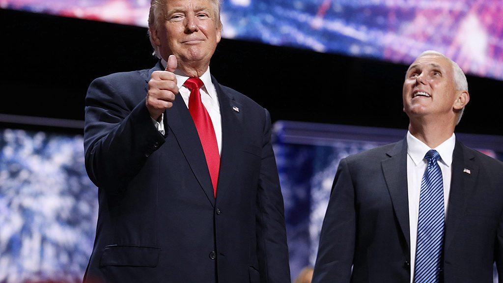 Cleveland, 2016. július 22.Donald Trump amerikai üzletember, a Republikánus Párt elnökjelöltje (b) és alelnökjelöltje, Mike Pence a színpadon a négynapos elnökjelölt-állító konvenció negyedik napján az Ohio állambeli Clevelandben 2016. július 21-én. (MTI/EPA/Michael Reynolds)