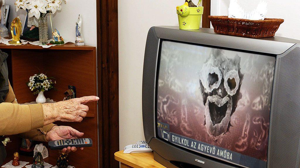 Zaránk, 2007. február 28.Csintalan Lajosné beállítja a televíziót az otthon társalgójában. A Heves megyei Zaránkon a helyi és környékbeli mintegy félszáz nyugdíjasról gondoskodnak. Az egykori iskolát (volt kúria) alakították át a pályázatokon nyert támogatásokból nyugdíjas központtá. Itt működik az öregek napközije, az idősek klubja, és az idősek otthona. A bentlakó és napközis nyugdíjasoknak kedvezményes áron naponta többszöri étkezést biztosítanak, programokat szerveznek, és állandó egészségügyi felügyelet van. MTI Fotó: H. Szabó Sándor