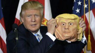 Sarasota, 2016. november 7.Donald Trump republikánus párti elnökjelölt egy róla mintázott gumiálarcot mutat a Florida állambeli Sarasotában tartott kampányrendezvényén 2016. november 7-én, az elnökválasztást megelőző napon. (MTI/AP/Chris O'Meara)