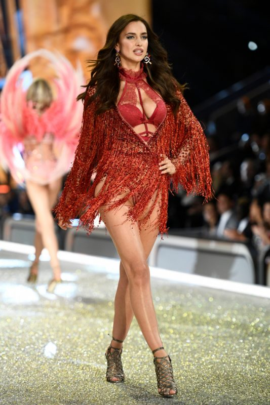 Russian model Irina Shayk presents a creation during the 2016 Victoria's Secret Fashion Show at the Grand Palais in Paris on November 30, 2016.  / AFP PHOTO / Martin BUREAU / RESTRICTED TO EDITORIAL USE