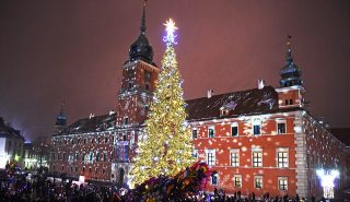 People visit the Christmas tree and lights decoration at the Royal Castle in Warsaw, Poland on December 3, 2016. / AFP PHOTO / JANEK SKARZYNSKI