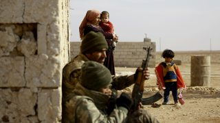 Fighters from the Kurdish-Arab alliance, known as the Syrian Democratic Forces, hold a position in the Syrian village of al-Naseem, located some 50 kilometres on the western outskirts of the Islamic State (IS) bastion of Raqa, on December 12, 2016.The US-backed alliance announced on December 10, 2016 it would launch the second phase of its battle for the IS group's de facto Syrian capital of Raqa. / AFP PHOTO / DELIL SOULEIMAN