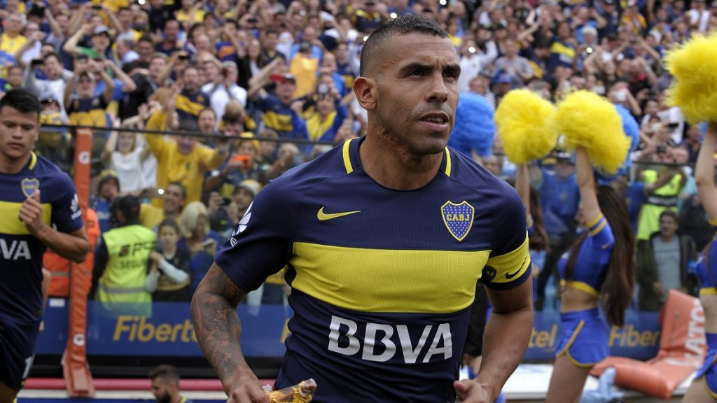 Boca Juniors' forward Carlos Tevez enters the field before their Argentina First Division football match against Colon,  at La Bombonera stadium, in Buenos Aires, on December 18, 2016. / AFP PHOTO / ALEJANDRO PAGNI
