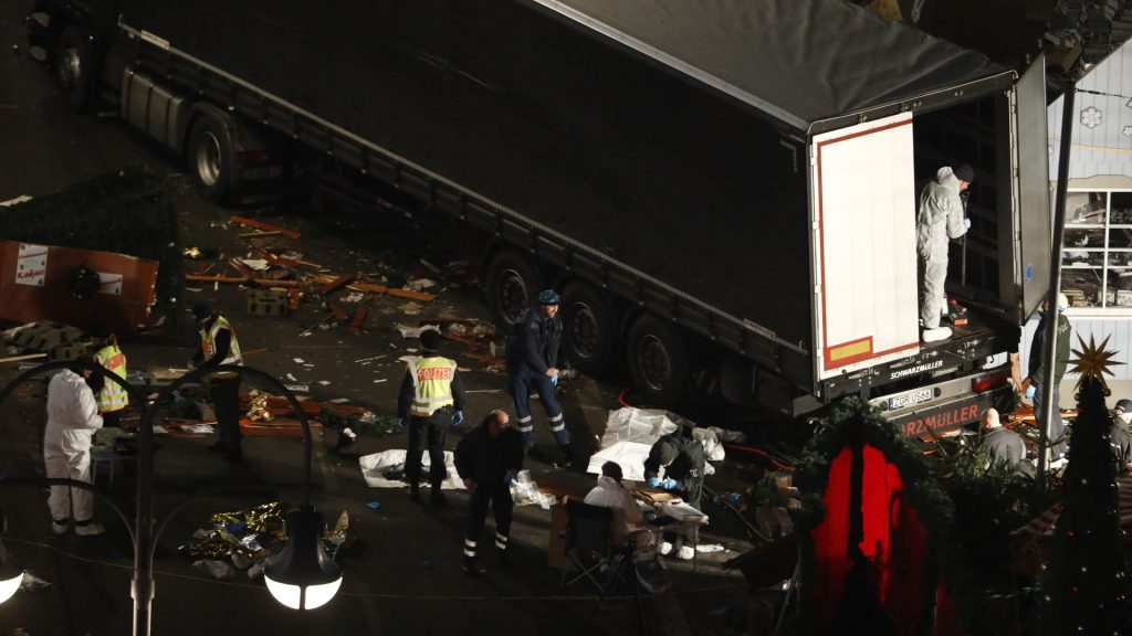 Authorites continue to remove bodies hours after a truck sped into a Christmas market in Berlin, on December 19, 2016, killing at least nine people and injuring dozens more. Ambulances and heavily armed officers rushed to the area after the driver drove up the pavement of the market in a square popular with tourists, in scenes reminiscent of the deadly truck attack in the French city of Nice last July. / AFP PHOTO / Odd ANDERSEN