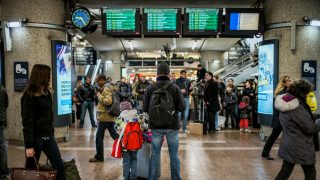 People wait for trains at Lyon-Part-Dieu railway station in Lyon on February 26, 2015, after a power failure paralyzed traffic for nearly an hour and a half. AFP PHOTO / JEFF PACHOUD / AFP PHOTO / JEFF PACHOUD