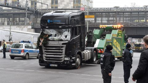 A damaged truck is towed away in Berlin, Germany, 20 December 2016. According to police, at least 12 people have been reportedly killed and at least 48 injured when a lorry crashed into a local Christmas market in the evening of 19 December 2016. German police suspect the incident may have been a deliberate attack. Photo: Rainer Jensen/dpa +++(c) dpa - Bildfunk+++