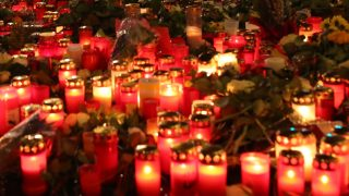 Numerous candles  lie on the ground at the Christmas market on Breitscheidplatz square in Berlin,Germany, 22 December 2016.  On Monday 19 December an unknown person drove a truck into a Christmas market by the Memorial Church.  At least twelve people were killed and around 50 injured. Photo: Rainer Jensen/dpa