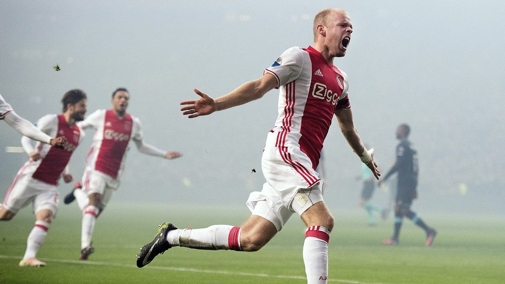 Ajax' Dutch midfielder Davy Klaassen (R) celebrates after scoring a goal during the Dutch League football match between AFC Ajax and PSV Eindhoven in Amsterdam, on December 18, 2016.  / AFP PHOTO / ANP / Olaf KRAAK / Netherlands OUT