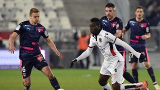 Nice's Italian forward Mario Balotelli (R) vies with Bordeaux's Polish defender Igor Lewczuk (L) during the French Ligue 1 football  match between Bordeaux and Nice on December 21, 2016 at the Matmut Atlantique stadium in Bordeaux, southwestern France. / AFP PHOTO / NICOLAS TUCAT