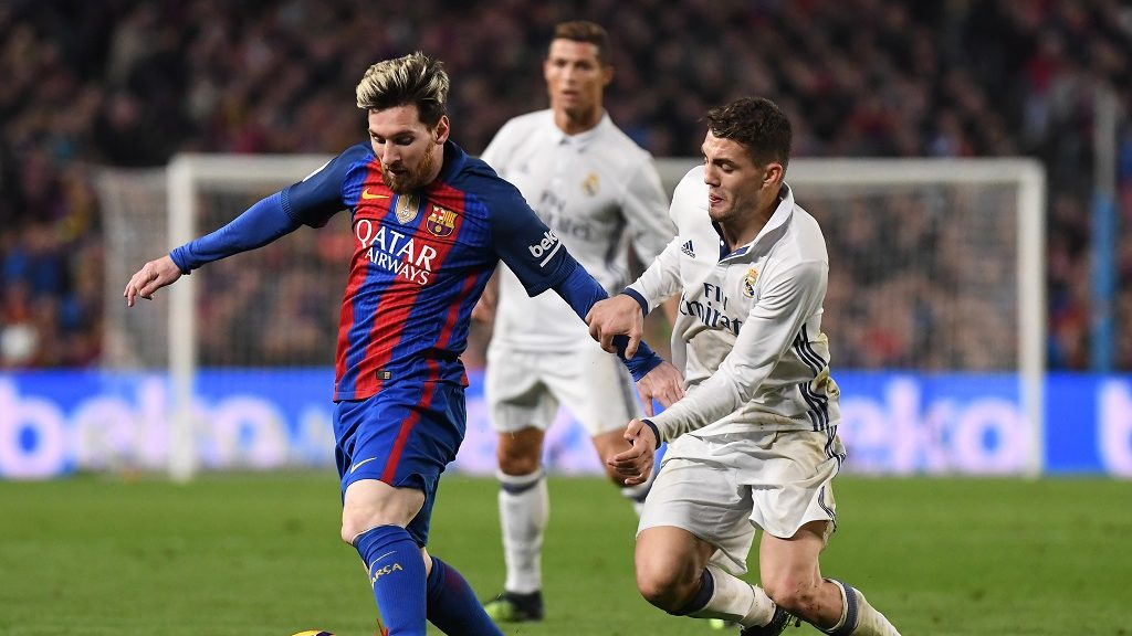 Lionel Messi of FC Barcelona and Mateo Kovacic of Real Madrid during the La Liga match between FC Barcelona and Real Madrid played at the Camp Nou, Barcelona, Spain, on December 3, 2016 - Photo Bagu Blanco / Backpage Images / DPPI