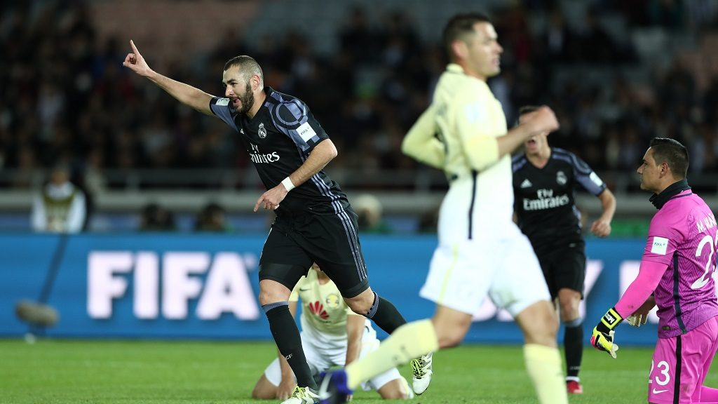 Real Madrid forward Karim Benzema (L) celebrates after scoring a last minute goal in the first half of the Club World Cup semi-final football match between Club America of Mexico and Real Madrid of Spain at Yokohama International stadium in Yokohama on December 15, 2016. / AFP PHOTO / Behrouz MEHRI