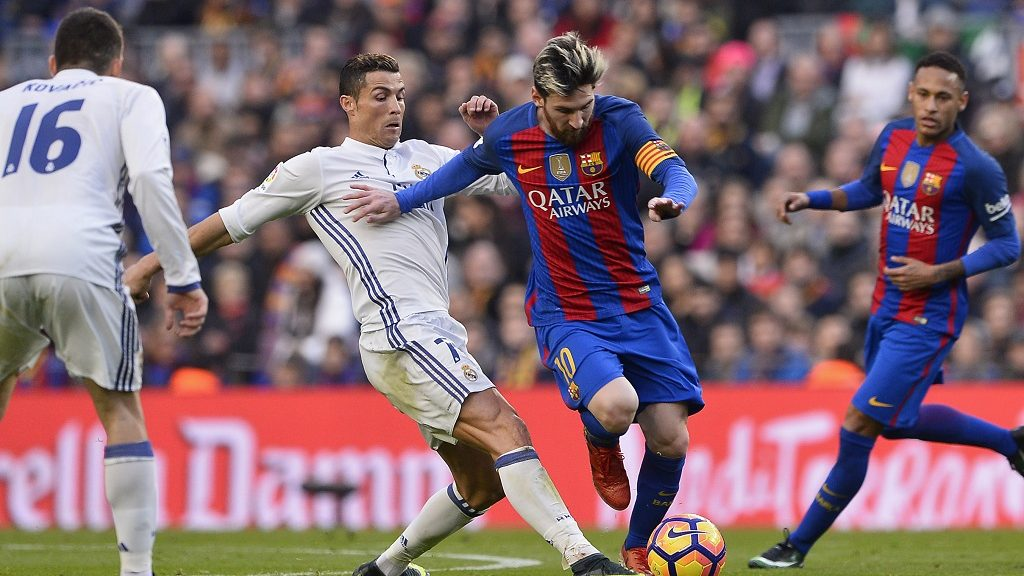 Barcelona's Argentinian forward Lionel Messi (2ndR) vies with Real Madrid's Portuguese forward Cristiano Ronaldo during the Spanish league football match FC Barcelona vs Real Madrid CF at the Camp Nou stadium in Barcelona on December 3, 2016. / AFP PHOTO / JOSEP LAGO