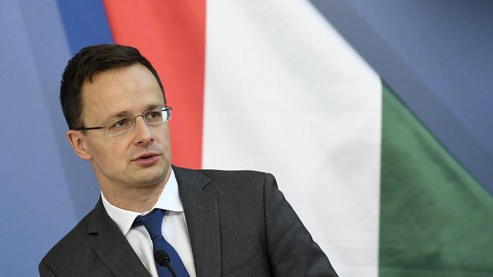 Budapest, 2016. október 10. Szijjártó Péter külgazdasági és külügyminiszter 2016. október 10-én Budapesten, a minisztériumban tartott sajtótájékoztatón, amelyen bejelentették, hogy a kínai BYD 6,2 milliárd forintos beruházással hozza létre elsõ európai elektromos buszgyárát Komáromban, amelyhez a kormány 925 millió forint támogatást ad. MTI Fotó: Koszticsák Szilárd