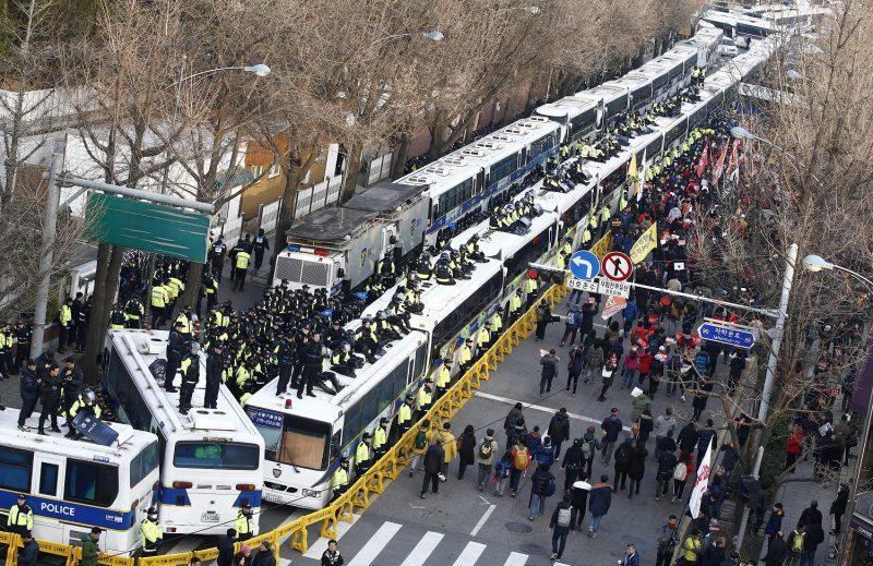 Szöul, 2016. december 3. Rendõrök zárják le az elnöki hivatal felé vezetõ utat a korrupciós botrányba keveredett Pak Gun Hje dél-koreai elnök lemondását követelõ tüntetõk elõl Szöulban 2016. december 3-án. (MTI/EPA/Dzson Hon Kjun)