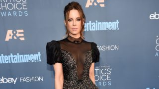 SANTA MONICA, CA - DECEMBER 11: Actress Kate Beckinsale attends The 22nd Annual Critics' Choice Awards at Barker Hangar on December 11, 2016 in Santa Monica, California.  (Photo by Kevin Mazur/WireImage)