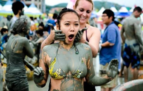 girls_having_fun_at_the_korean_mud_festival_640_02