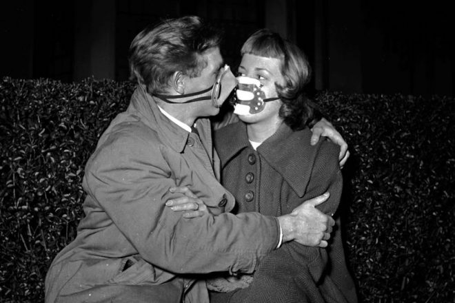 "1953: Smog masks have become all the rage in London due to the life threatening levels of air pollution with result in severe smog or 'pea soupers'. (Photo by Juliette Lasserre/BIPs/Getty Images) Im Jahr 1953 tr‰gt ein Paar Atemmasken - das lebensrettende Accessoire wurde in London nach der verheerenden Smogkatastrophe vom Dezember 1952 zwangsl‰ufig zur neuesten ""Mode""."