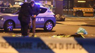 Milánó, 2016. december 23.Olasz rendőrök egy férfi izolációs fóliával letakart holtteste mellett, akit tűzharcban agyonlőttek Milánóban a 2016. december 23-ra virradó éjszaka. Marco Minniti olasz belügyminiszter szerint a lelőtt férfi a tunéziai Anisz Amri, akit azzal gyanúsítanak, hogy december 19-én teherautóval egy berlini karácsonyi vásár látogatói közé hajtott, és több embert megölt, sokakat megsebesített. (MTI/AP/Daniele Bennati)