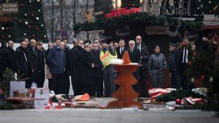 Berlin, 2016. december 20.Angela Merkel német kancellár (k) Michael Müller berlini kormányzó polgármester (Merkel mögött, balra), Thomas de Maiziere belügyminiszter (Merkel mellett, jobbra) és Frank-Walter Steinmeier külügyminiszter (j5) társaságában felkeresi 2016. december 20-án azt a berlini karácsonyi vásárt, ahol az előző nap egy teherautó a vásárlók közé hajtott. Tizenkét ember életét vesztette, negyvennyolc megsebesült. (MTI/EPA/Bernd von Jutrczenka)