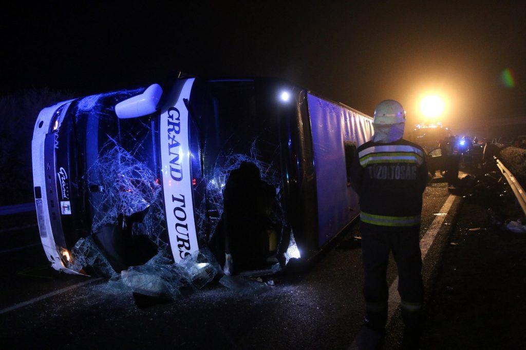 Miskolc, 2016. december 18. Oldalára borult, összetört autóbusz 2016. december 18-án kora hajnalban az M3-as autópályán a Miskolc felé vezetõ oldalon, a Mezõkeresztes és Mezõkövesd közötti részen, ahol az elsõdleges adatok szerint hárman meghaltak a buszbalesetben. A már felborult jármûnek több autó is nekirohant, ketten súlyosan, huszonhárman pedig könnyebben sérültek meg. MTI Fotó: Vajda János