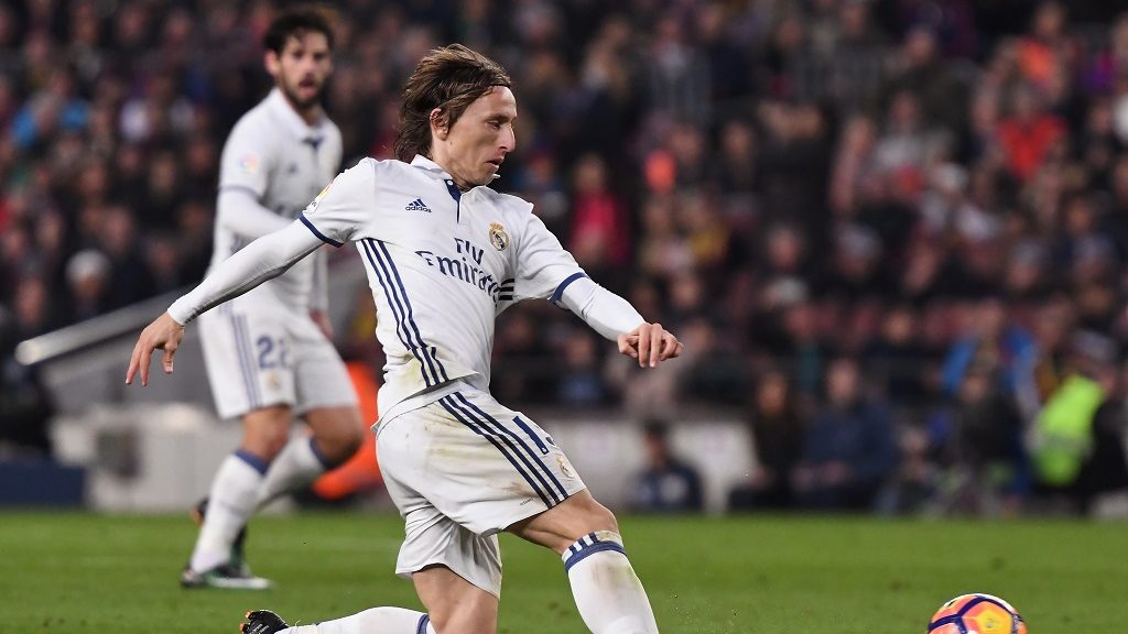 Luka Modric of Real Madrid runs with the ball during the Liga match between FC Barcelona and Real Madrid played at the Camp Nou, Barcelona, Spain, on December 3, 2016 - Photo Bagu Blanco / Backpage Images / DPPI