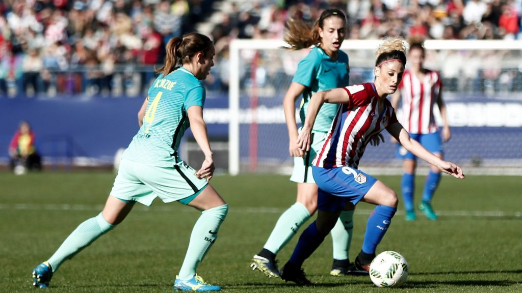 MADRID, SPAIN - DECEMBER 11: Eshter (R) of Atletico Madrid in action against Unzue (L) of Barcelona during the Superliga Women match between Atletico Madrid and Barcelona at Vicente Calderon Stadium in Madrid, Spain on December 11, 2016. Burak Akbulut / Anadolu Agency