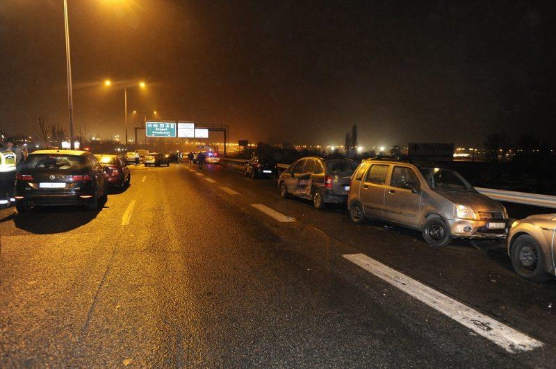 Budapest, 2016. december 24. Sérült jármûvek M5-ös autópálya fõvárosból kivezetõ szakaszán, miután tizenhárom személygépkocsi  csúszott egymásba az autópiacnál lévõ felüljárón 2016. december 23-án. A balesetben ketten könnyebben megsérültek. MTI Fotó: Mihádák Zoltán