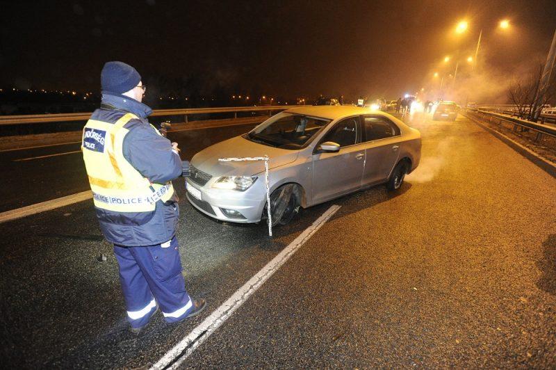 Budapest, 2016. december 24. Sérült autó M5-ös autópálya fõvárosból kivezetõ szakaszán, miután tizenhárom személygépkocsi  csúszott egymásba az autópiacnál lévõ felüljárón 2016. december 23-án. A balesetben ketten könnyebben megsérültek. MTI Fotó: Mihádák Zoltán