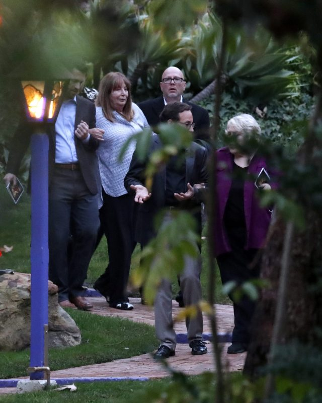 epa05700456 US actress Penny Marshall (C) arrives for a private service for late US actresses Debbie Reynolds and Carrie Fisher in Beverly Hills, California, USA, 05 January 2017. Friends and family gathered for the service at the compound of Reynolds and Fisher who lived in adjacent homes. Reynolds, the mother of the late actress Carrie Fisher, died on 28 December 2016, after suffering a stroke a day after her daughter passed away.  EPA/PAUL BUCK