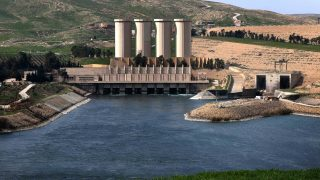 A picture taken on March 3, 2016, shows the Mosul Dam on the Tigris River, around 50 kilometres north of the Iraqi city of Mosul. The US embassy in Iraq has released on February 29, 2016, evacuation recommendations it said could help save up to 1.5 million lives at risk from a catastrophic failure of the Mosul Dam. Concern has grown in recent months over a possible collapse of Iraq's largest dam, which would unleash a wave that would devastate second city Mosul and flood much of the capital Baghdad. / AFP PHOTO / SAFIN HAMED