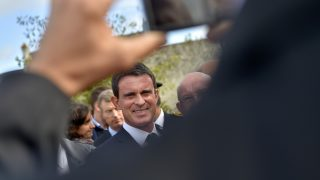 French Prime minister Manuel Valls (C) smiles for a picture during a visit to the Groix Island, western France, on October 1, 2016.    / AFP PHOTO / LOIC VENANCE