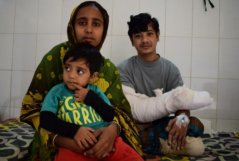 """In this photograph taken on January 4, 2017, Bangladeshi man Abul Bajandar, (R) widely known as 'Tree Man' for his rare disease, relaxes with his family on a ward at The Dhaka Medical College Hospital in Dhaka.  A Bangladeshi father dubbed the """"tree man"""" because of the bark-like warts that once covered his body will soon be able to leave hospital after surgery being hailed as a milestone in treating one of the world's rarest diseases. / AFP PHOTO / Sam JAHAN"""