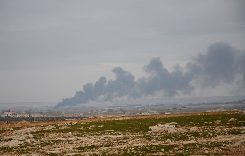 Smoke billows in the town of Qabasin, located northeast of the city of Al-Bab, some 30 kilometres from Aleppo, on January 8, 2017, as during fighting against Islamic State (IS) group jihadists. / AFP PHOTO / Nazeer al-Khatib