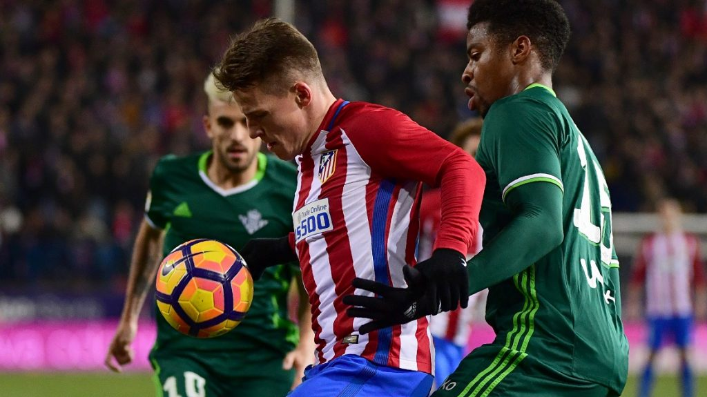 Atletico Madrid's French forward Kevin Gameiro (L) vies with Betis' Dutch defender Donk during the Spanish league football match Club Atletico de Madrid vs Real Betis at the Vicente Calderon stadium in Madrid on January 14, 2017. / AFP PHOTO / PIERRE-PHILIPPE MARCOU