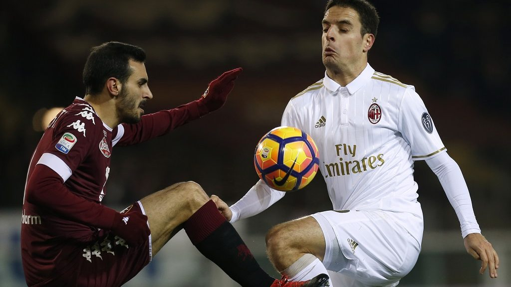Torino's defender Davide Zappacosta (L) fights for the ball with AC Milan's midfielder Giacomo Bonaventura during the Italian Serie A football match between Torino and AC Milan on January 16, 2017 at Grande Torino Stadium in Turin. / AFP PHOTO / MARCO BERTORELLO