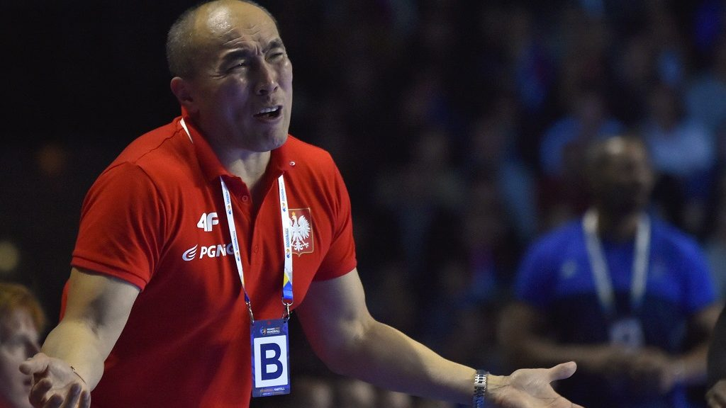 Poland's Russian-Spanish head coach Talant Dujshebaev gestures during the 25th IHF Men's World Championship 2017 Group A handball match France vs Poland on January 19, 2017 at the Parc des Expositions in Nantes.  / AFP PHOTO / LOIC VENANCE