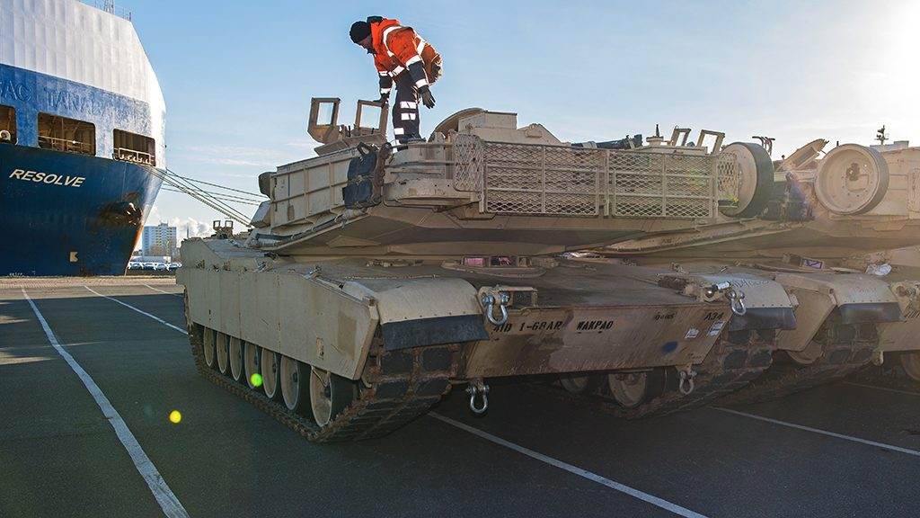 """US tanks are unloaded from the transport ship """"Resolve"""" in Bremerhaven, Germany, 6 January 2017. For the US operation """"Atlantic Resolve"""" the US brigades are shipping military equipments towards Poland in order to secure the eastern European NATO countries. Photo: Ingo Wagner/dpa"""