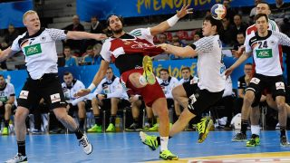 Germany's Patrick Wiencek (L) and Simon Ernst in action against Hungary's Laszlo Nagy (C) during the men's handball World Cup fixture between Germany and Hungary in the Kindarena in Rouen, France, 13 January 2017. Photo: Marijan Murat/dpa