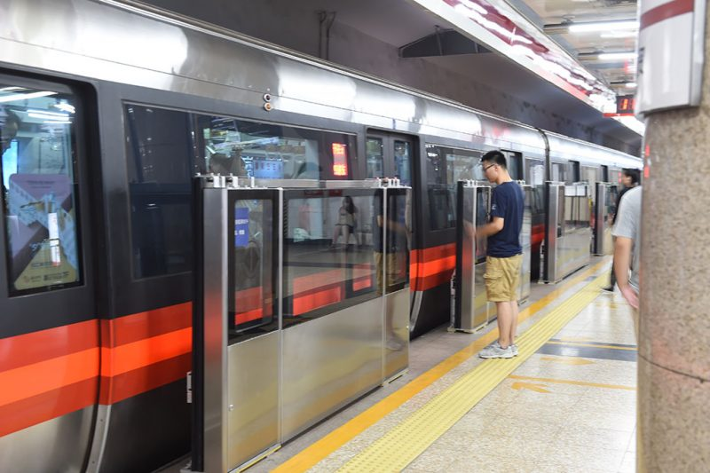 (160718) -- BEIJING, July 18, 2016 (Xinhua) -- Newly-installed platform screen doors are seen at Yong'anli Station of Beijing subway Line 1 in Beijing, capital of China, July 18, 2016. Beijing began installing platform barriers on Line 1 of its subway, the oldest metro line on the Chinese mainland, which has been plagued by a spate of suicides and accidents in recent years. The entire project is expected to be completed by the end of 2017, the line's operator said.  (Xinhua/Luo Xiaoguang) (wx)