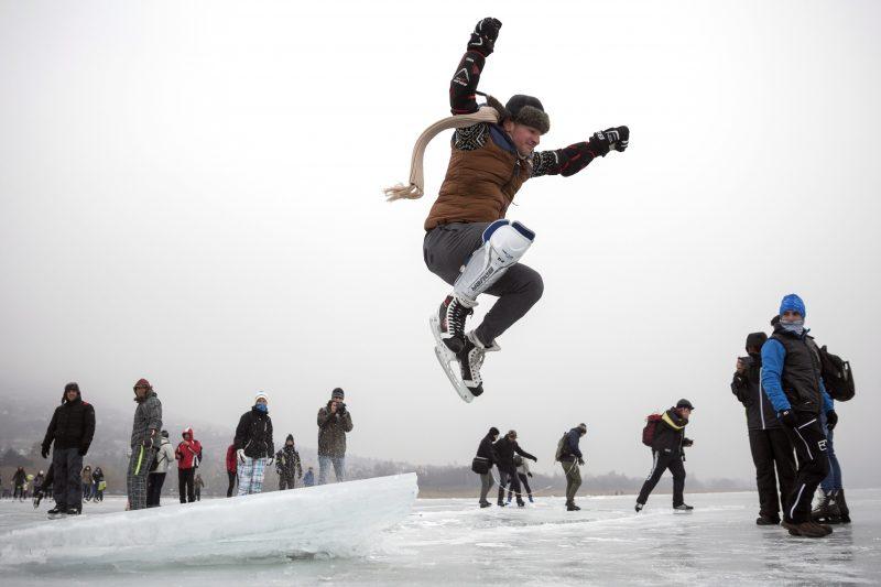 Badacsonytomaj, 2017. január 28. Résztvevõk várnak az indulásra a jégen Badacsony közelében a Balaton-átcsúszáson 2017. január 28-án. A célállomás a fonyódi fõstrand volt.  MTI Fotó: Mohai Balázs