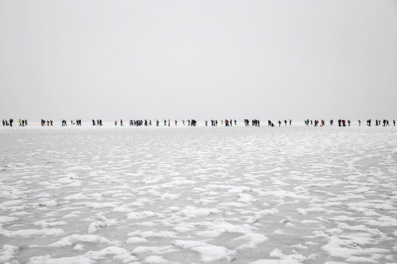 Badacsonytomaj, 2017. január 28. Résztvevõk haladnak a jégen Badacsony és Fonyód között a Balaton-átcsúszáson 2017. január 28-án. MTI Fotó: Mohai Balázs