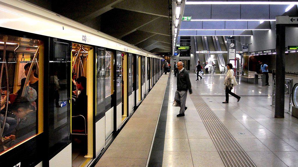 Budapest, 2014. október 18.Utasok szállnak be a BKK 4-es metró vonalán közlekedő egyik Alstom-szerelvénybe a Keleti pályaudvari mélyállomáson.MTVA/Bizományosi: Jászai Csaba ***************************Kedves Felhasználó!Az Ön által most kiválasztott fénykép nem képezi az MTI fotókiadásának, valamint az MTVA fotóarchívumának szerves részét. A kép tartalmáért és a szövegért a fotó készítője vállalja a felelősséget.
