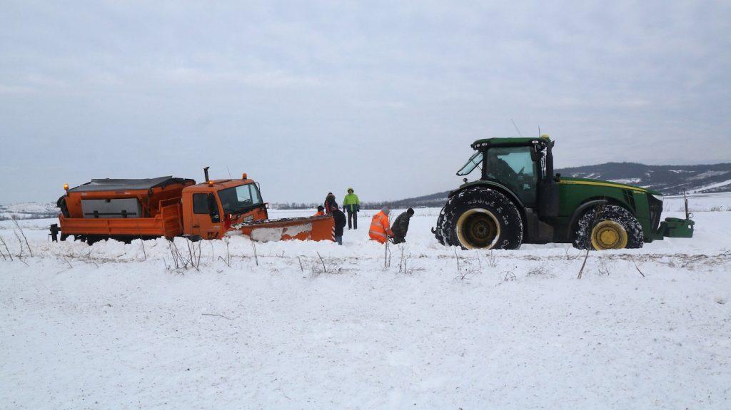 Legyesbénye, 2017. január 18. Elakadt hókotró mentésén dolgoznak Legyesbénye közelében 2017. január 18-án. A munkagép a hóátfúvás miatt dolgozott. MTI Fotó: Vajda János