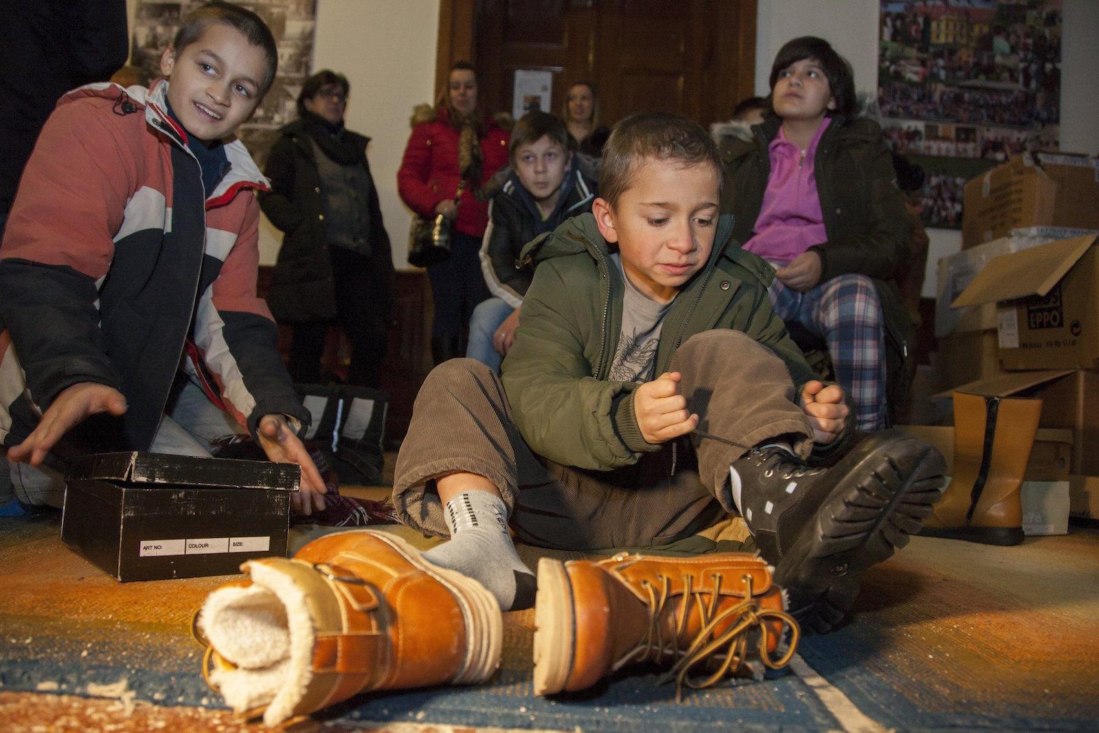 Somogyvár, 2017. január 13. Egy diák cipőt próbál 2017. január 13-án a somogyvári Gyógypedagógiai Intézményben, ahol a tanulóknak egy vállalkozó 390 pár cipőt ajánlott fel. MTI Fotó: Varga György